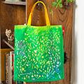 まるで草むらの中に迷い込んだかのよう。 深い緑。明るい黄色の持ち手。松田奈那子さん描き下ろし 絵本ナビ限定「EHONTOTE(絵本トート)」no.3
