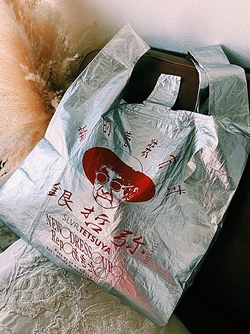 86歳のファッションアイコン「シルバーテツヤ」とコラボレーション:SLVR.TETSUYA × ROOTOTE ―銀のレジ袋