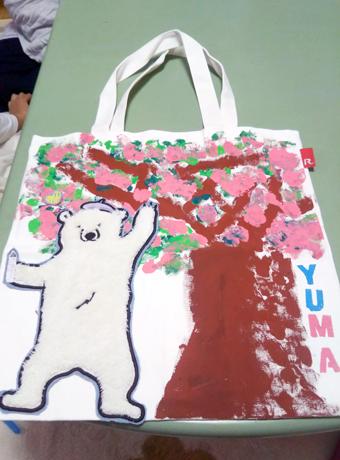 桜に見とれた熊